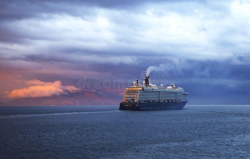 Barco de cruceros y cielo colorido fotografía de archivo libre de regalías