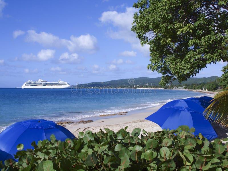 Barco de cruceros y playa tropical fotografía de archivo libre de regalías