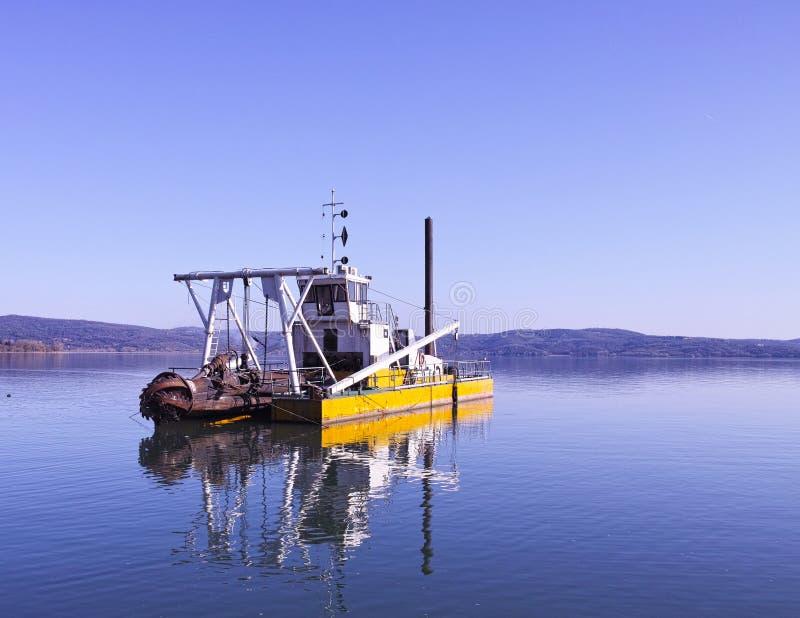 Barco de dragagem imagens de stock