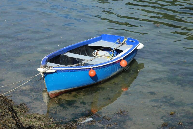 Barco de enfileiramento azul imagem de stock