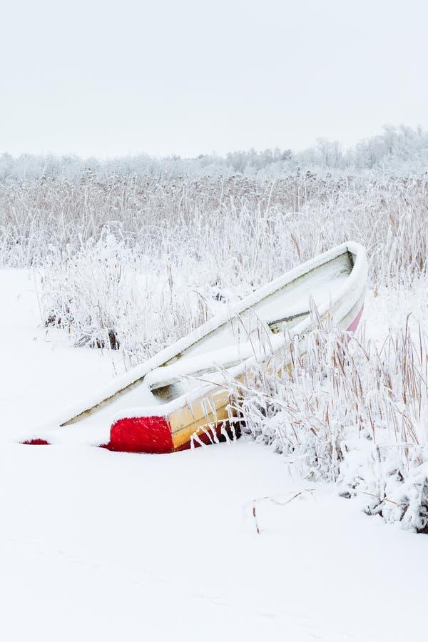 Barco de enfileiramento no inverno imagem de stock royalty free