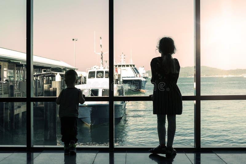 Barco de espera do irmão e da irmã imagem de stock royalty free