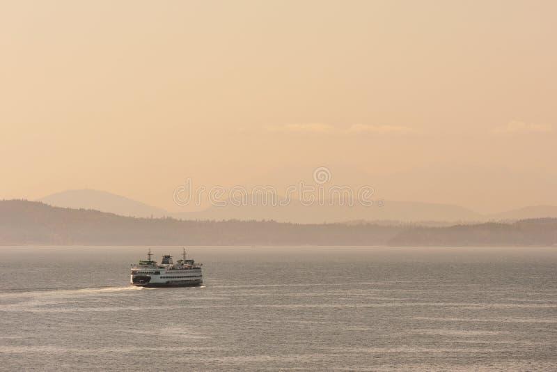 Barco de ferry cruzando Puget Sound fotografía de archivo