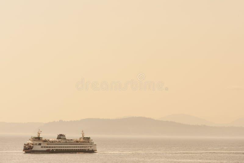 Barco de ferry cruzando Puget Sound foto de archivo libre de regalías