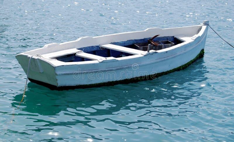 Barco de fila blanco vacío atado al muelle imágenes de archivo libres de regalías