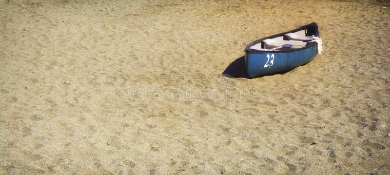 Barco de fila en la arena imagen de archivo