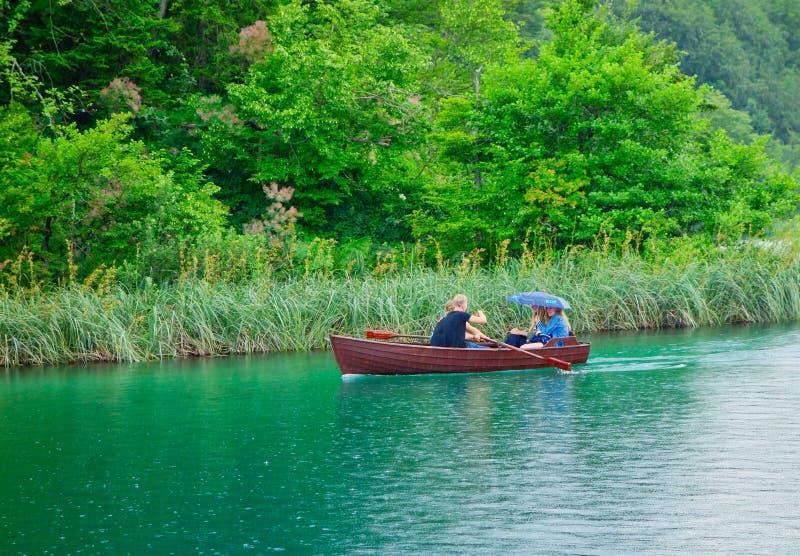 Barco de fila de madera en los lagos Plitvice, Croacia fotografía de archivo libre de regalías