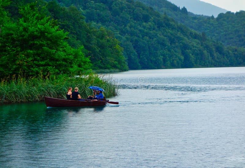 Barco de fila de madera en los lagos Plitvice, Croacia imágenes de archivo libres de regalías