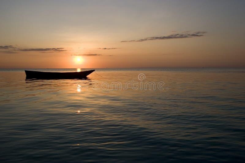 Barco de fileira no por do sol em zanzibar África 1 fotos de stock royalty free