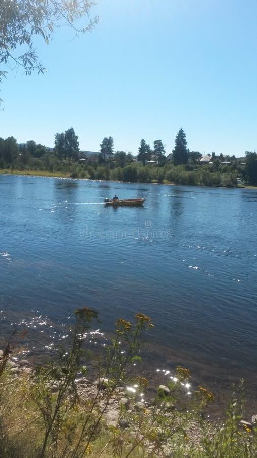 Barco de Fisher em Salmon River imagens de stock