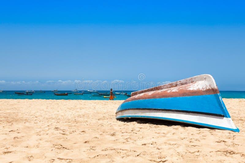 Barco de Fisher en la playa de Santa Maria en la sal Cabo Verde - Cabo Verde fotos de archivo