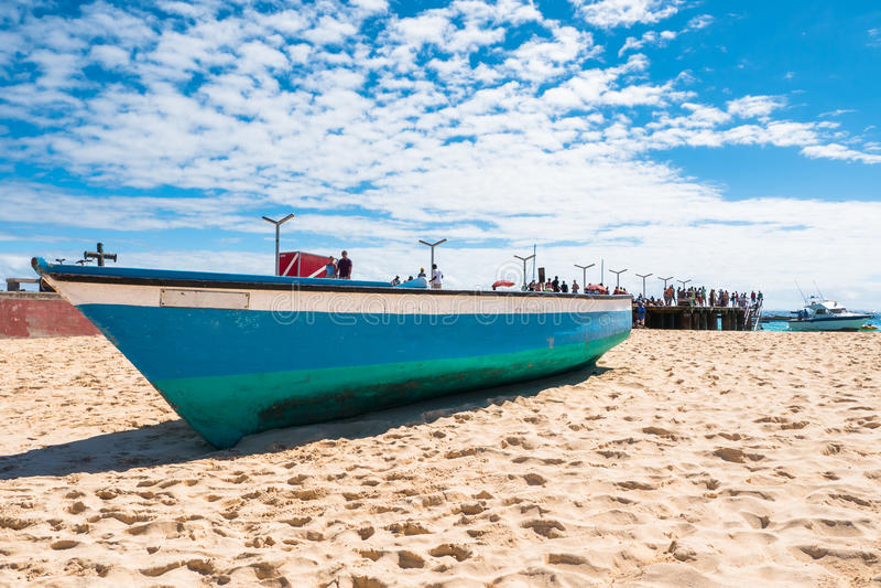 Barco de Fisher na praia de Santa Maria no Sal Cabo Verde - Cabo Verde imagens de stock royalty free