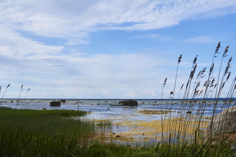 Barco de Fishman entre las piedras imagenes de archivo
