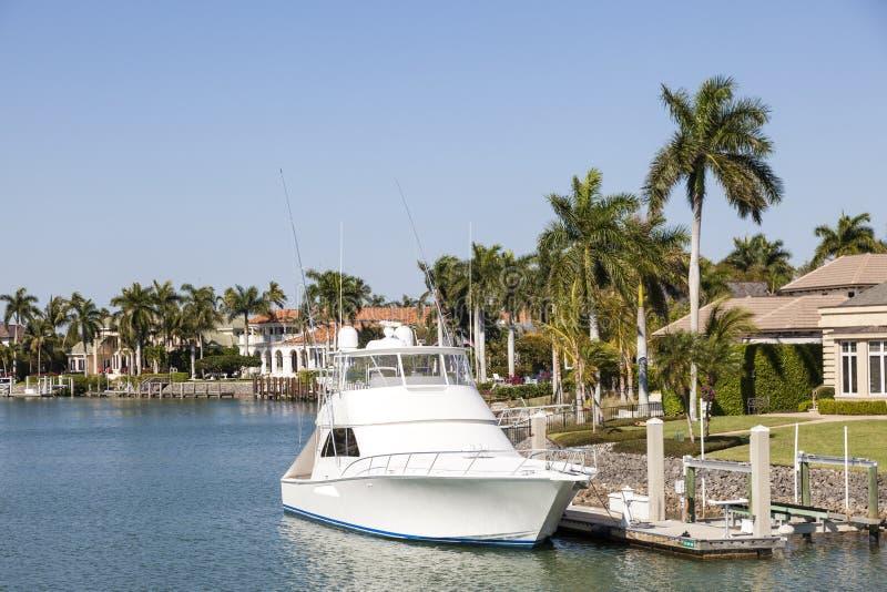 Barco de Fisihing en Nápoles, la Florida imagenes de archivo