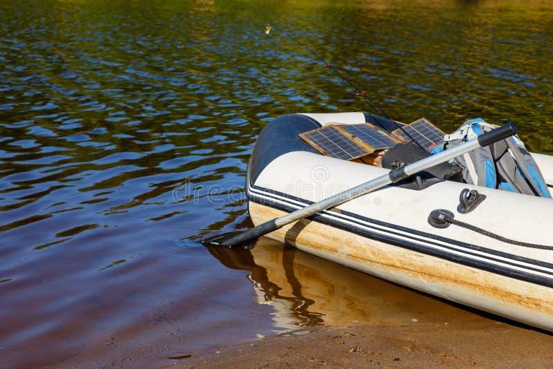 Barco de goma en el río fotografía de archivo
