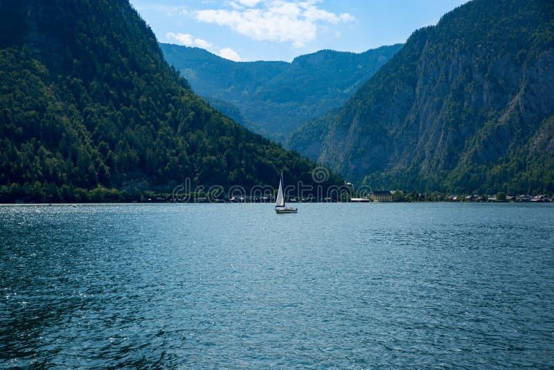Barco de Hallstadt Áustria da paisagem do lago imagens de stock royalty free
