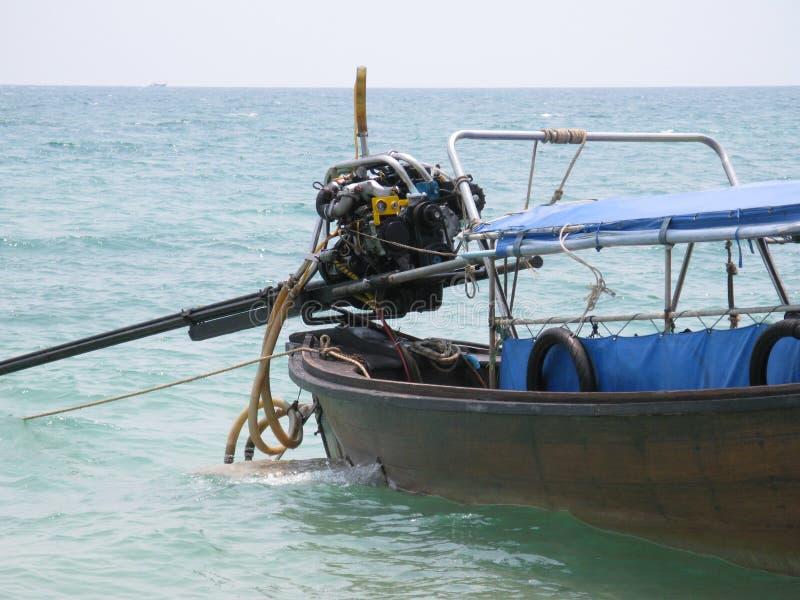 barco de la cola larga en el agua en el krabi Tailandia con paisaje marino fotografía de archivo