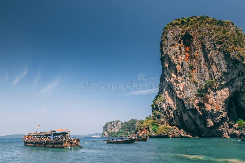 Barco de la cola larga en el mar foto de archivo