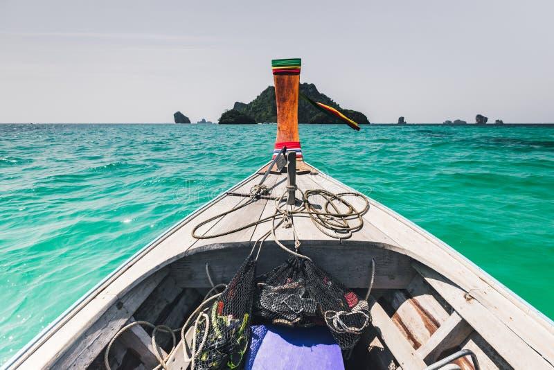 Barco de la cola larga en el mar imagenes de archivo