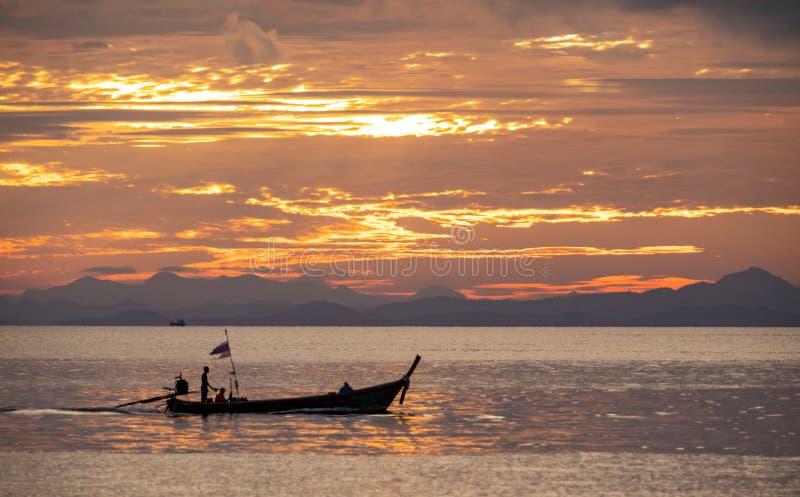 Barco de la cola larga en el mar de Andaman, Tailandia - paraíso tropical fotos de archivo libres de regalías