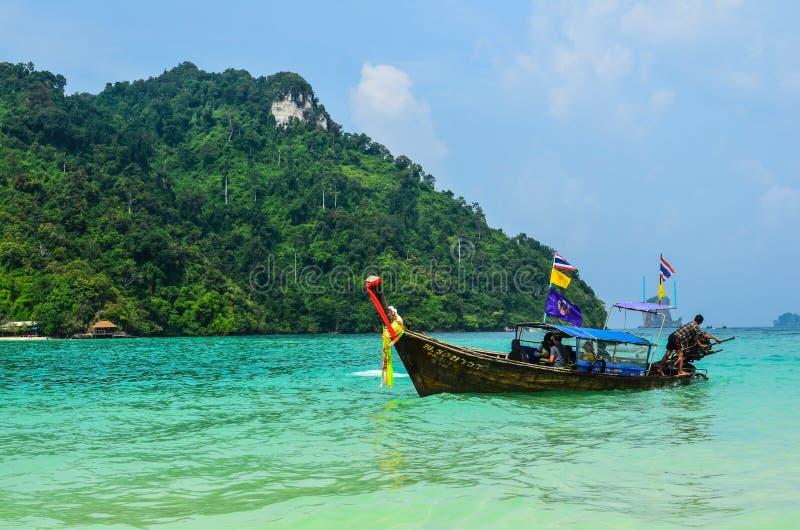 Barco de la cola larga en el mar de Andaman fotografía de archivo