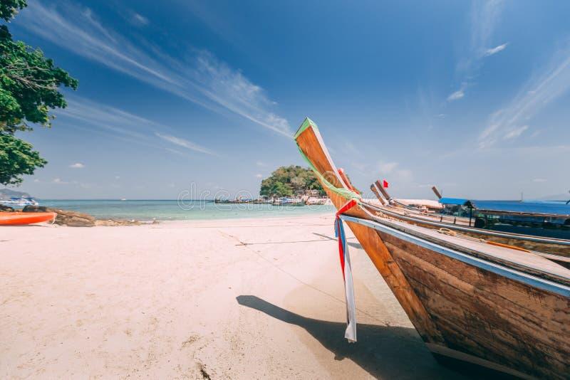 Barco de la cola larga en la playa fotografía de archivo libre de regalías