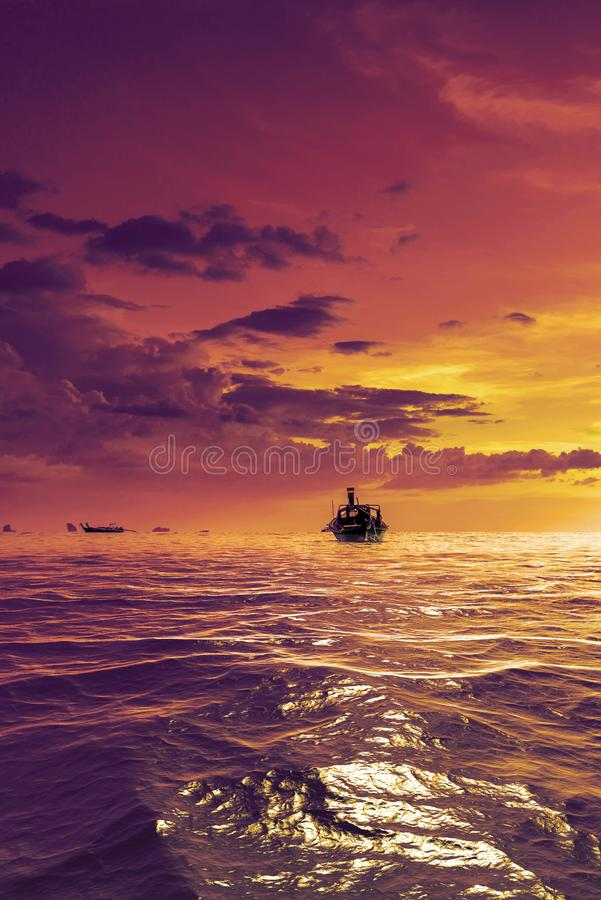 Barco de la cola larga en la puesta del sol en la playa de Ao Nang en Krabi fotos de archivo libres de regalías