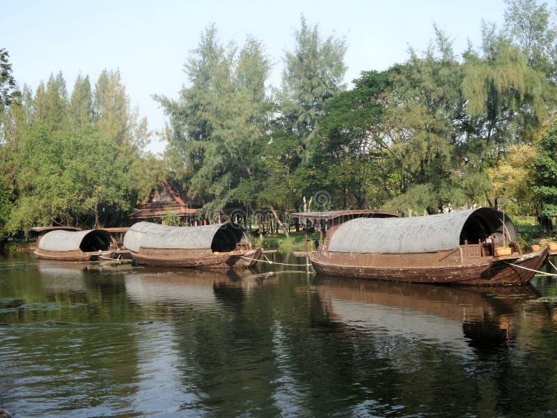 Barco de la gabarra y del tirón en canal foto de archivo