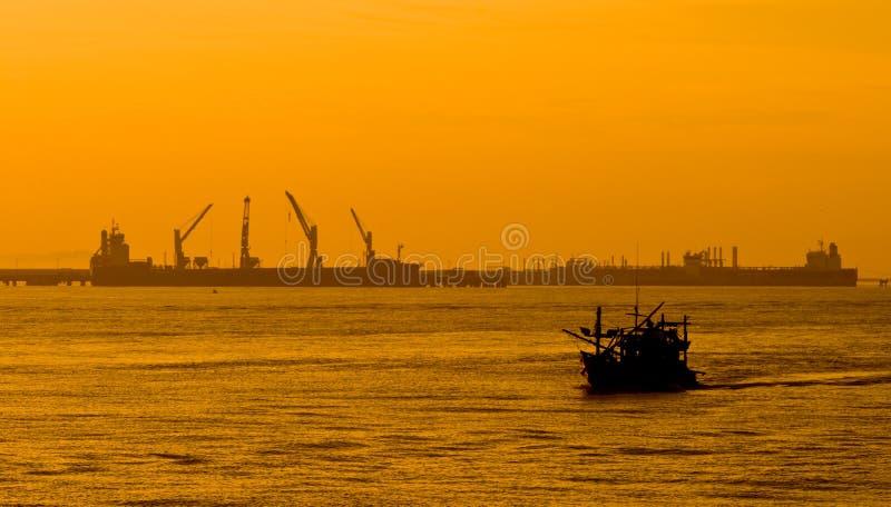 Barco de la industria pesquera sobre puerto marítimo en Tailandia imágenes de archivo libres de regalías