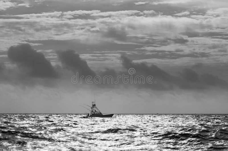 Barco de la pesca deportiva en negro y blanco atlánticos fotografía de archivo