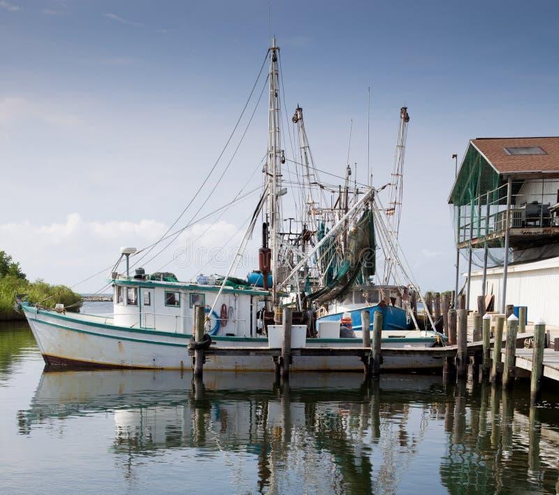 Barco de la pesca profesional en puerto deportivo