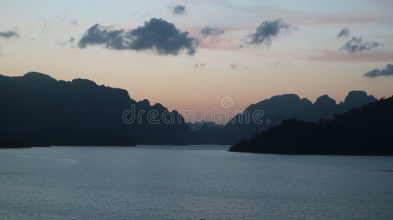 Barco de la presa del ratchaprapa del suratthani Tailandia imagen de archivo libre de regalías