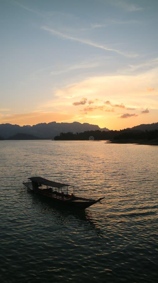 Barco de la presa del ratchaprapa del suratthani Tailandia fotografía de archivo libre de regalías