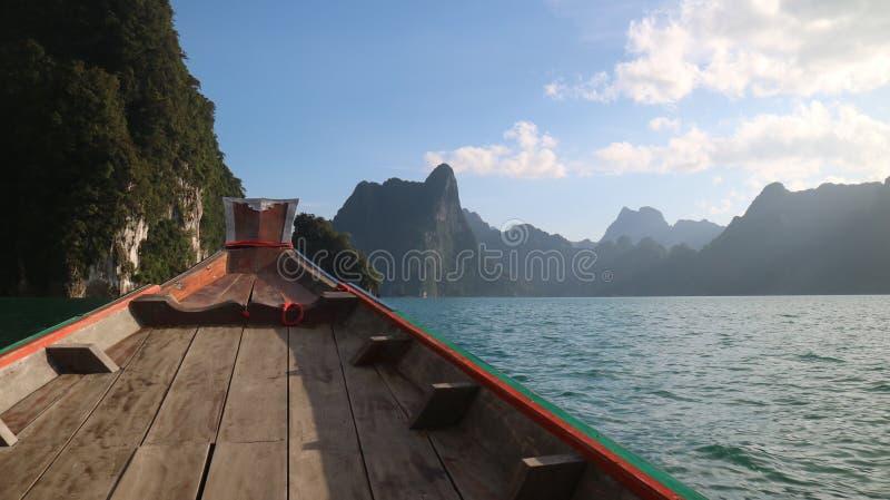 Barco de la presa del ratchaprapa del suratthani Tailandia fotos de archivo libres de regalías