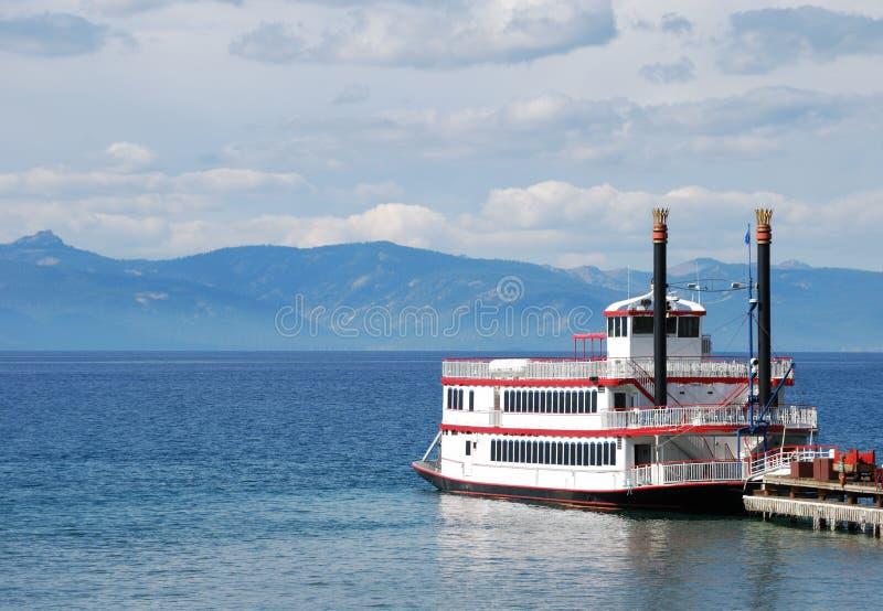 Barco de la rueda de paleta en el lago imagenes de archivo