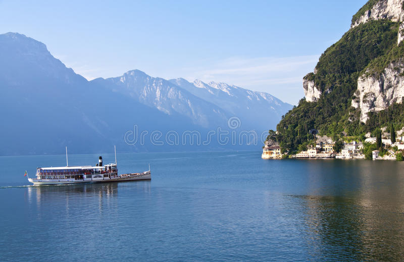 Barco de la rueda de paleta en el lago Garda, Italia imagenes de archivo