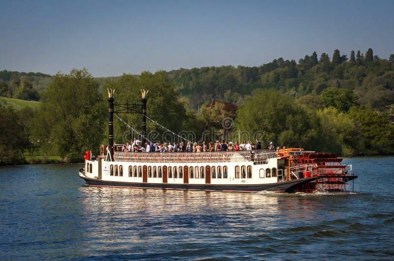 Barco de la rueda de paleta en Henley en Támesis foto de archivo