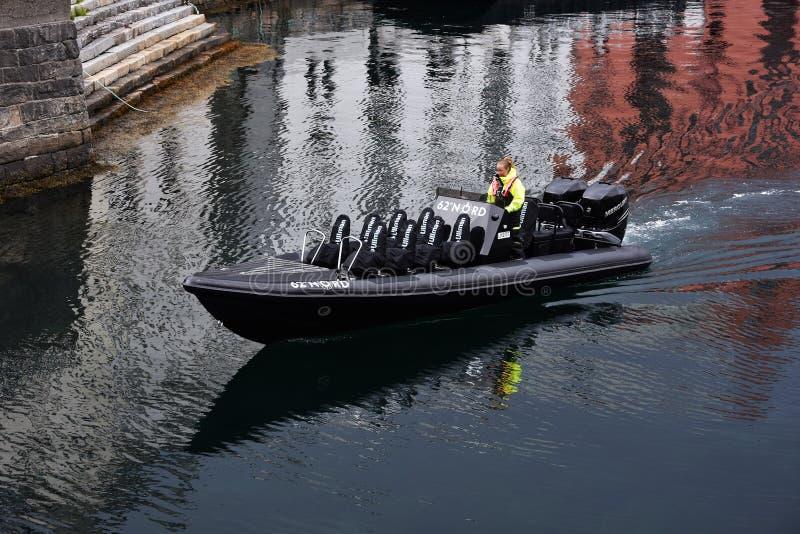 Barco de la travesía en el puerto de Alesund, Noruega imagen de archivo