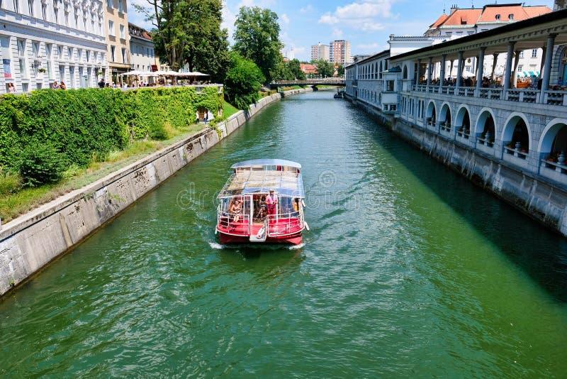 Barco de la travesía en el río Ljubljanica, Ljubljana, Eslovenia imagenes de archivo