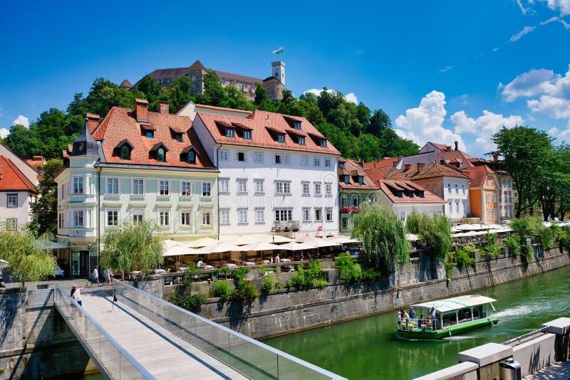 Barco de la travesía en el río Ljubljanica, Ljubljana, Eslovenia foto de archivo