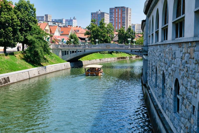 Barco de la travesía en el río Ljubljanica, Ljubljana, Eslovenia fotografía de archivo libre de regalías