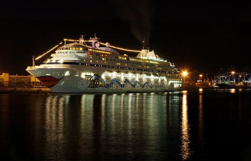 Barco de la travesía en la noche imágenes de archivo libres de regalías