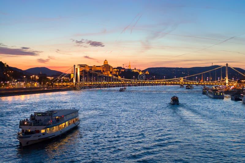 Barco de la travesía que pasa el puente de Elisabeth en Budapest, opinión de la noche fotografía de archivo
