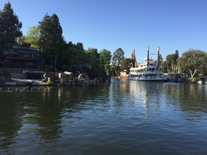 Barco de la travesía de la selva de Mark Twain en Disneyland, California imagen de archivo libre de regalías