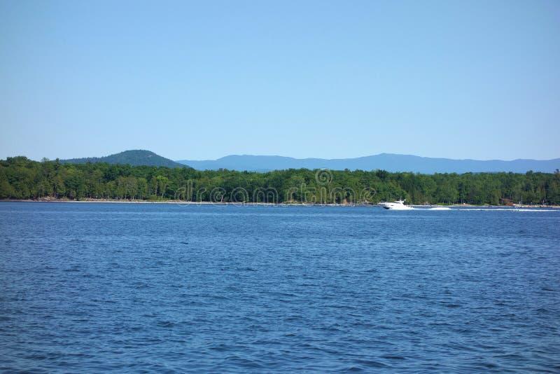 Barco de la velocidad en el lago Champlain imágenes de archivo libres de regalías