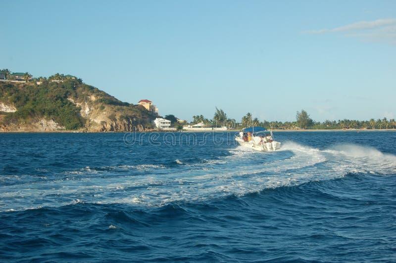 Barco de la velocidad en el océano foto de archivo libre de regalías