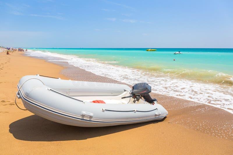 Barco de la velocidad en la playa en Riviera turca cerca del lado fotos de archivo