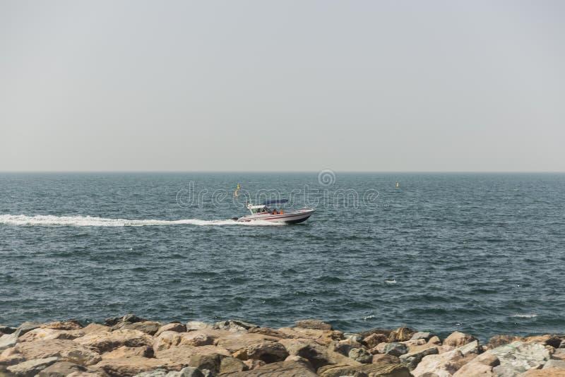 Barco de la velocidad sobre el mar en la playa de Jumeirah, Dubai foto de archivo libre de regalías