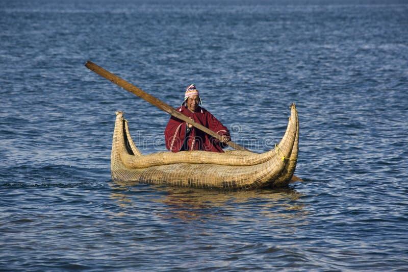 Barco de lingüeta - lago Titicaca em Bolívia fotografia de stock
