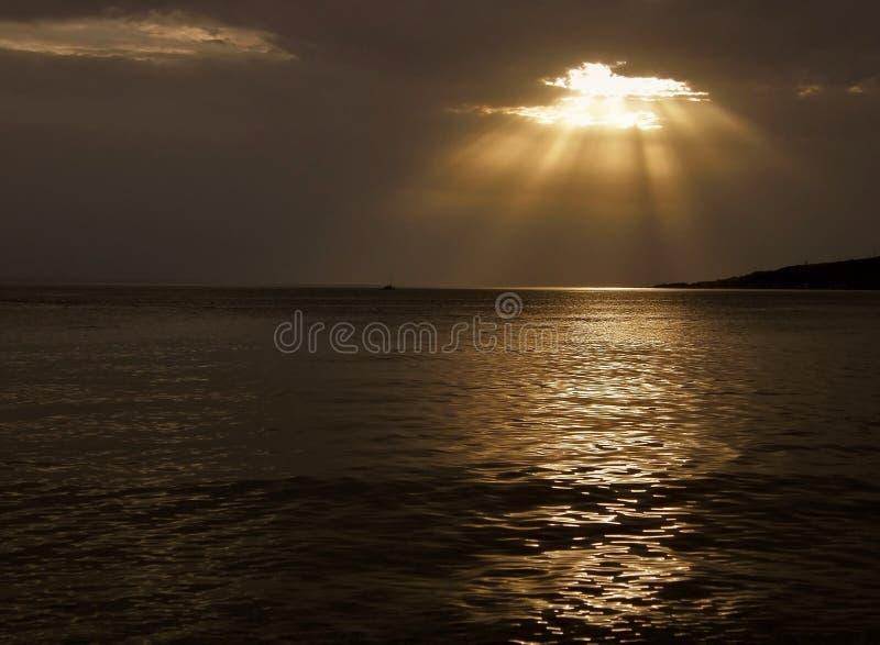 Barco de Llittle y rayos de dios fotografía de archivo